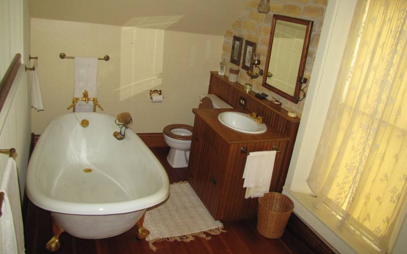 Heym-Oliver House bathroom